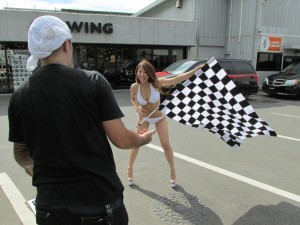 雑誌A-CARSの取材を行いました。モデルでグラビアアイドルの藤原しずかさんが登場です!