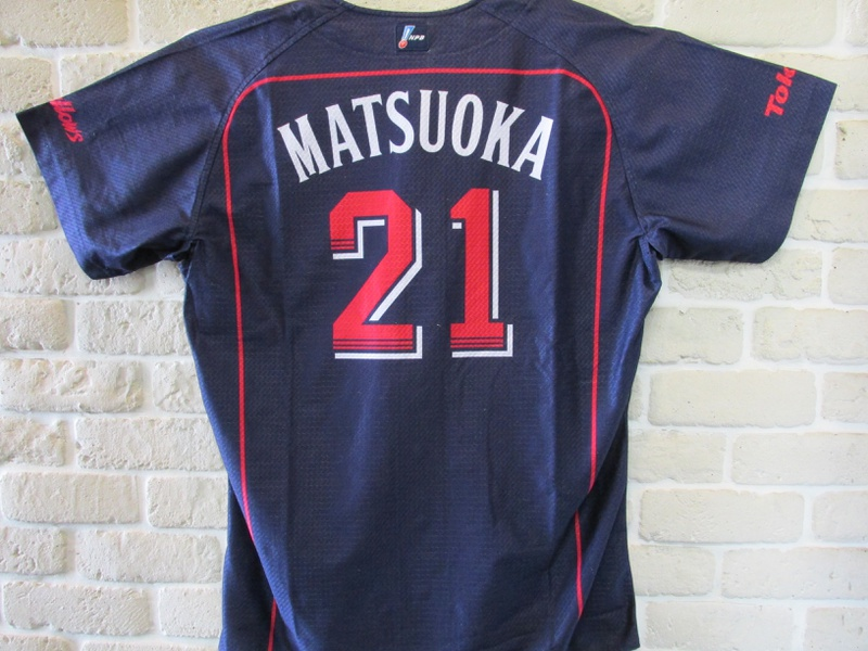 東京ヤクルトスワローズ #21 松岡健一投手に、公式戦で着用しておりましたユニフォームを頂戴致しました。