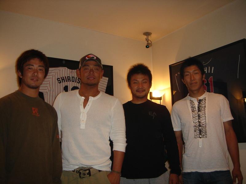東京ヤクルトスワローズ石井選手と高井選手が来店されました。