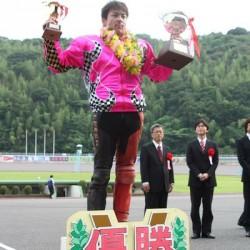 オートレーサーの三浦康平選手がG1レース初制覇!! 当社に優勝報告に来て下さいました。