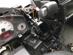 マニュアルモードが使えないという事でご入庫した車両です!シフト周りをバラしてチェックしてみると、配線の断線箇所を発見しました。原因は中で配線が突起物に引っかかり、シフトレバーを動かすたびに配線が引っ張られ、切れてしまった […]