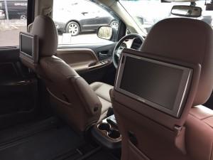 2017yシエナにワンオフでリアモニターを取り付けさせて頂きました!通常のヘッドレストモニターですと車検不適合となりますがこちらは車検適応になっております!リアシートのポジションに合わせて角度調整できるようになっておりま […]