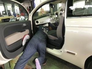 お疲れ様です!メカニックの金城です!本日もメチャクチャ暑かったっすね!本日はESP点灯で入庫したフィアット 500Cの修理を安部さんが行ないました!身長が180cmを超える安部さんにはとても窮屈そうでした!笑 […]