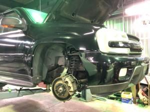 車によってさまざまなタイプの形をしている足回り、その中でも今回はトレイルブレーザーの足回りの修理をご紹介します。車検でご入庫していただきまして点検したところ足回りの部品でボールジョイントと呼ばれる […]