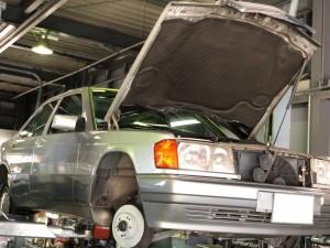 今回は、お乗りいただいて年数がたったり距離が進行していくと、摩耗なり劣化して交換になりましたいわゆる消耗品の交換をご紹介します。メルセデス・ベンツの名車 190Eです。フロントのブレー […]