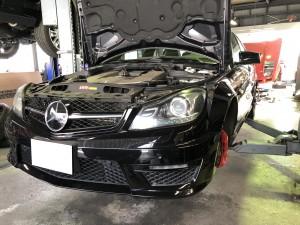 メルセデスベンツ C63 AMG フロントブレーキパッド 交換 ドライブベルト アイドラプーリー ベルトテンショナー交換 車検整備 修理