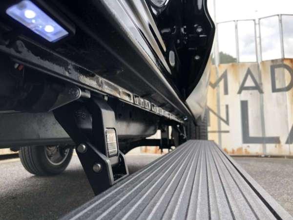トヨタ タンドラ - AMPResearch(アンプリサーチ)パワーランニングボード/電動サイドステップ後付け