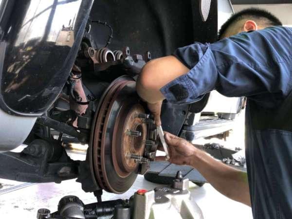 ナビゲーター ブレーキ引きずり キャリパー交換 ブレーキホース交換 修理 予防整備