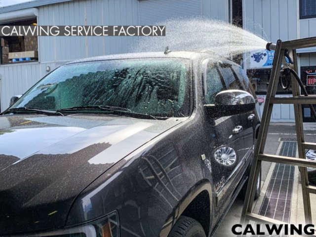 シボレータホ 雨漏れ点検中❗️ この日は気持ち良い晴天☀️でしたが、サービス工場では水漏れ箇所を特定するために、シャワーで雨を降らせレインテスト中です☔️ 梅雨入り前に直しておきたい所ですね!